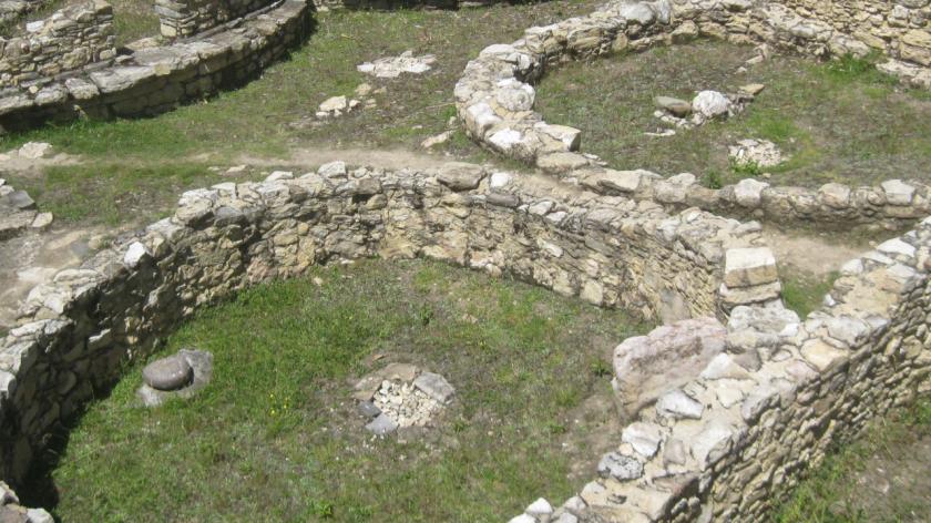 Mauern eines Hauses in der Feststungstadt Kuelap im Norden von Peru