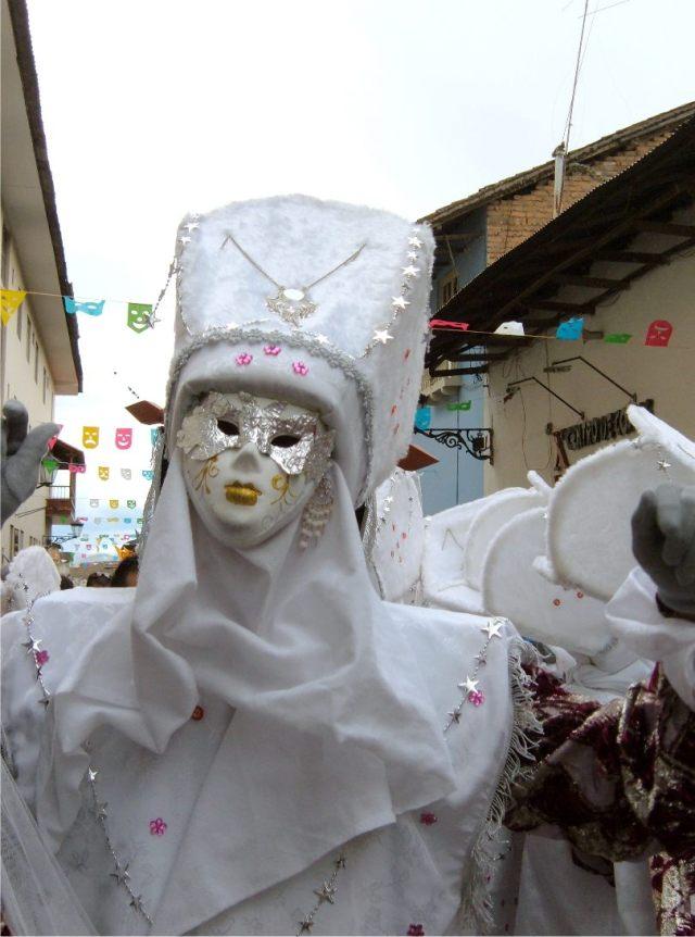 """Der Karneval von Cajamarca ist eines der grössten Feste in Peru, von Versicherungen, Banken und Polizei nimmt alles teil, bis auf die Minengesellschaften die nur die Stadt mit """"Trinkgeld"""" sponsern."""
