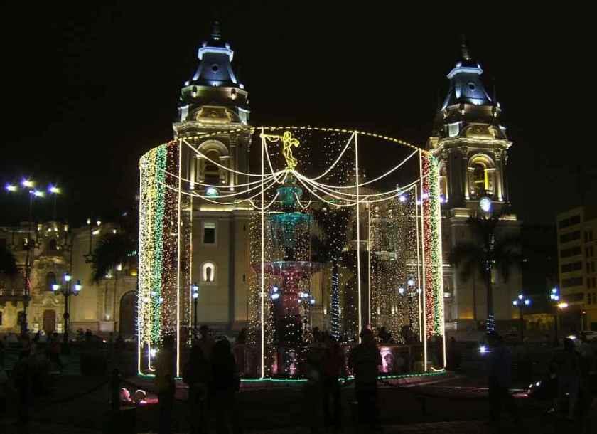 Lima Kathedrale mit Plaza de Armas in wheinachtlicher Stimmung.