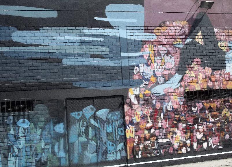 aufwändigere Graffiti in den Strassen von Lima, die Graffiti ist in graublau und rosatönen gestaltet.