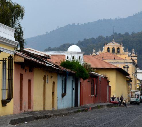 Antigua, typisches Strassenfoto dieser bekannten Stadt in Guatemala.