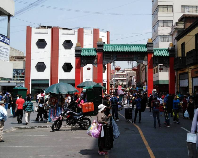 Vor-Eingang_Bario-China_Lima