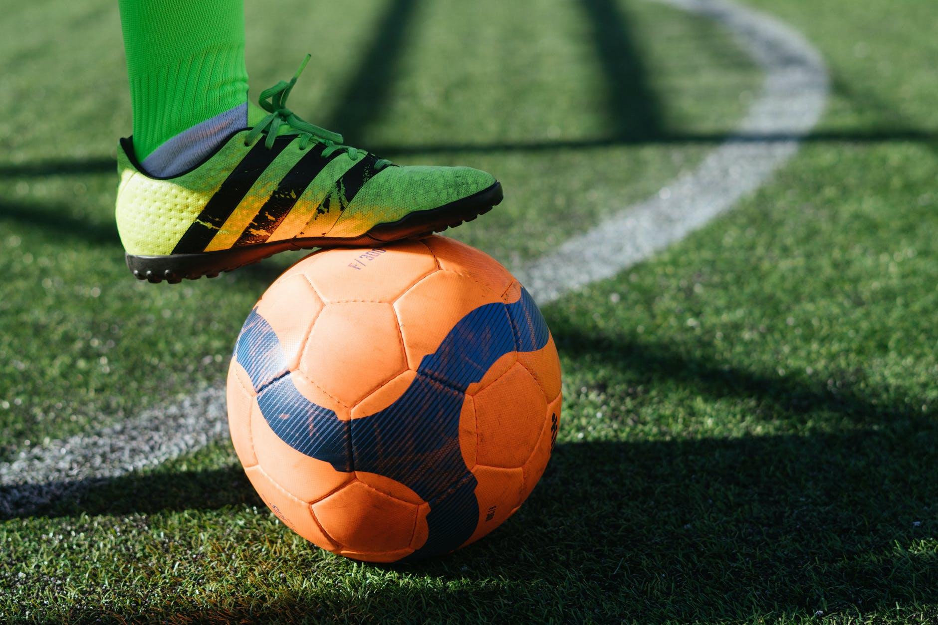 Fußball auf dem Rasen.
