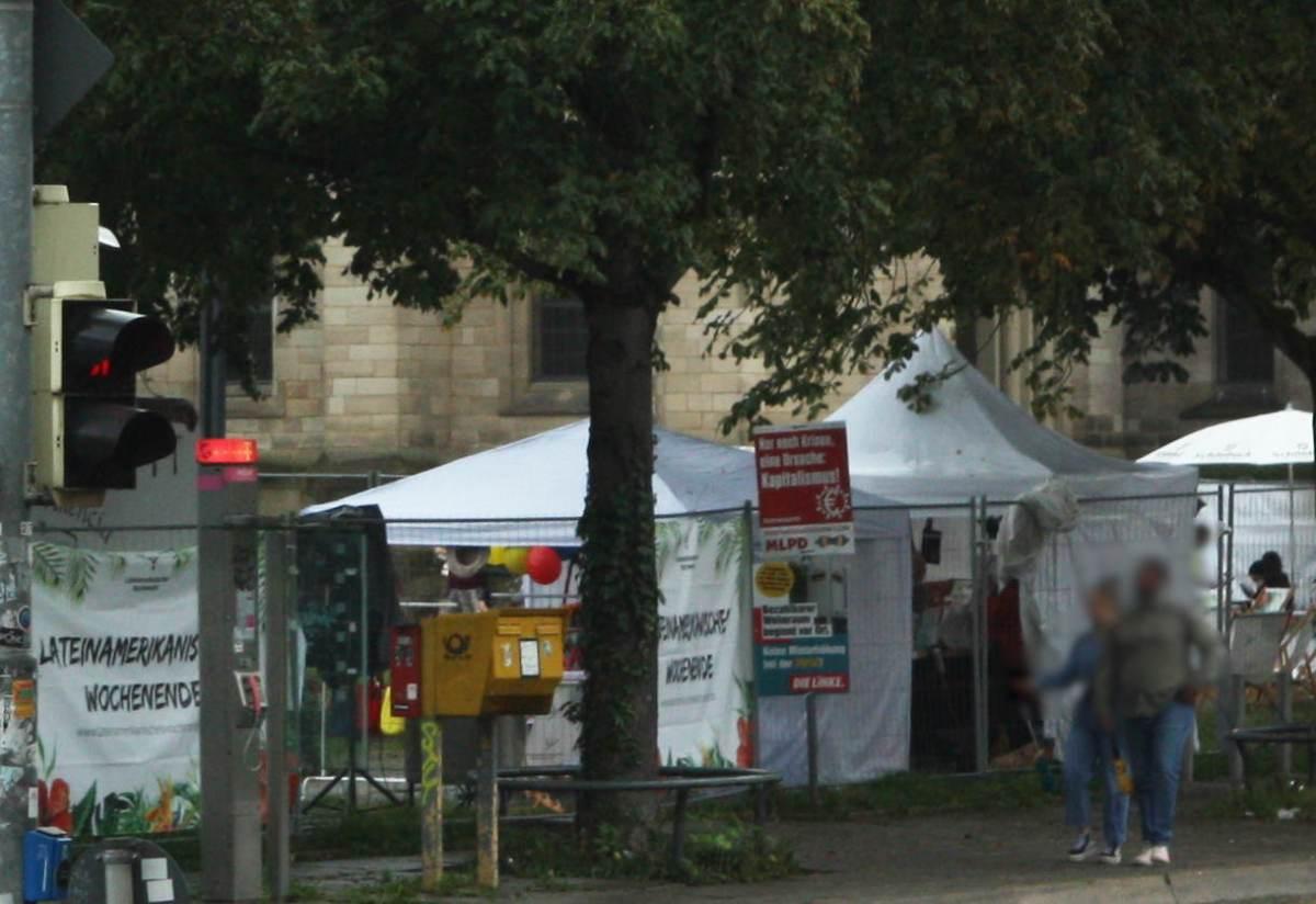 """Blick von außen auf den Erwin Schöttle Platz mid dem """"Lateinamerikanischen Wochenende""""."""